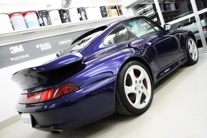 ポルシェ 911 (993)ターボ ボディガラスコーティング、磨き後の蛍光灯でのボディ光沢。