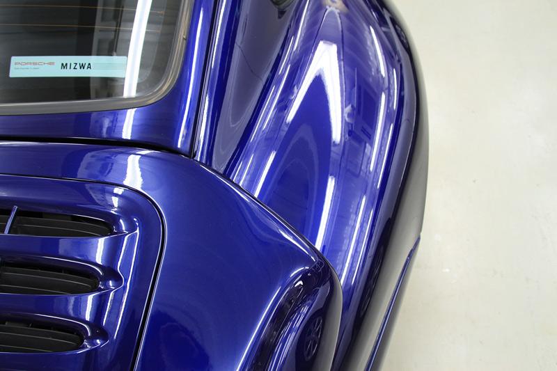 ポルシェ 911 (993)ターボ ボディガラスコーティング、磨き後の蛍光灯でのボディ光沢