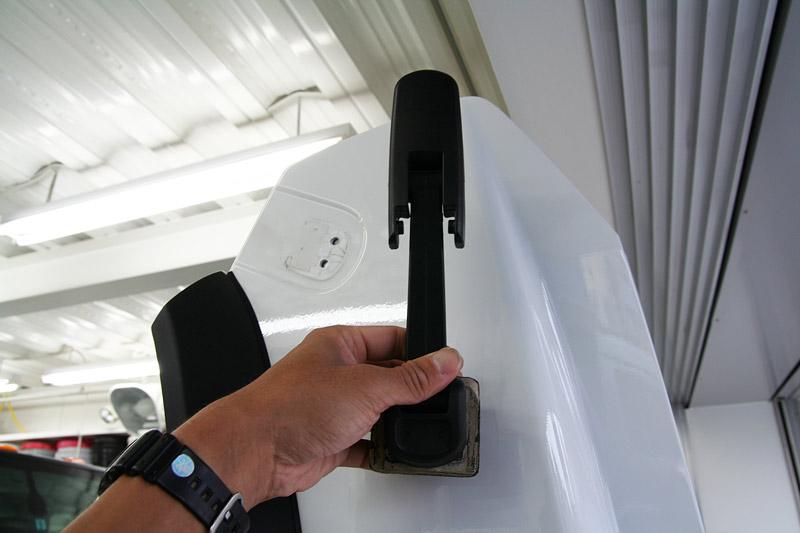 ハマーH2 R-1がラスコーティング施工 パーツの取り外し。