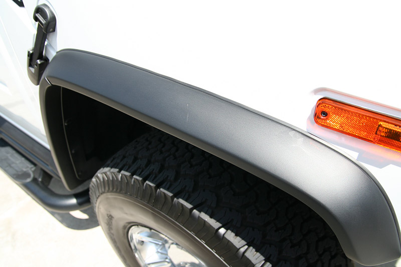 ハマーH2 オーバーフェンダー周りの樹脂パーツのクリーニング・コーティング。