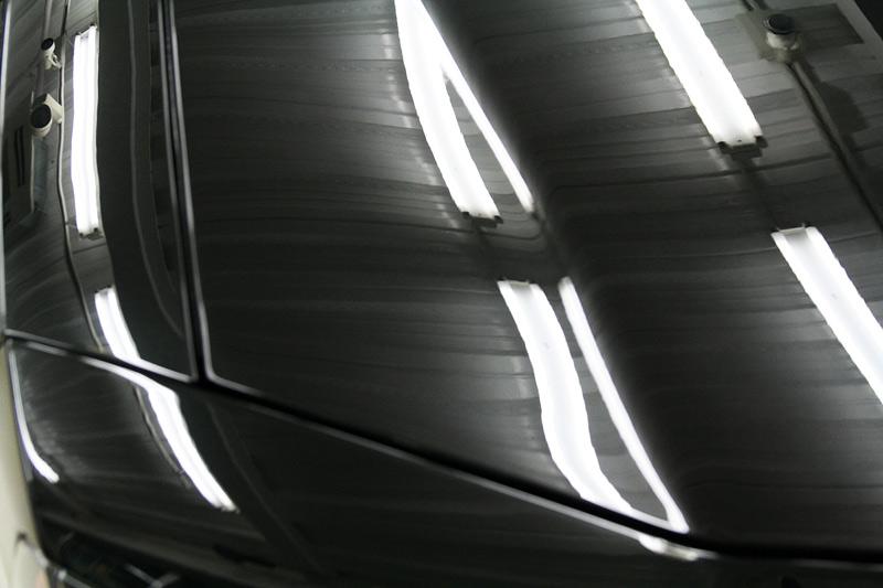 ダッジ チャージャー R-2ボディガラスコーティング施工後の蛍光灯で見たボディ。