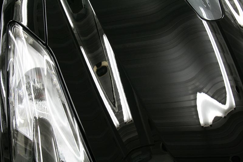GTR R-1ボディガラスコーティング施工後のメタルはライドライトで見たボンネット。