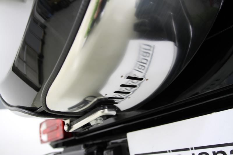 スペアタイヤカバー周りの磨きコーティング後。メルセデスベンツ G55 AMG。