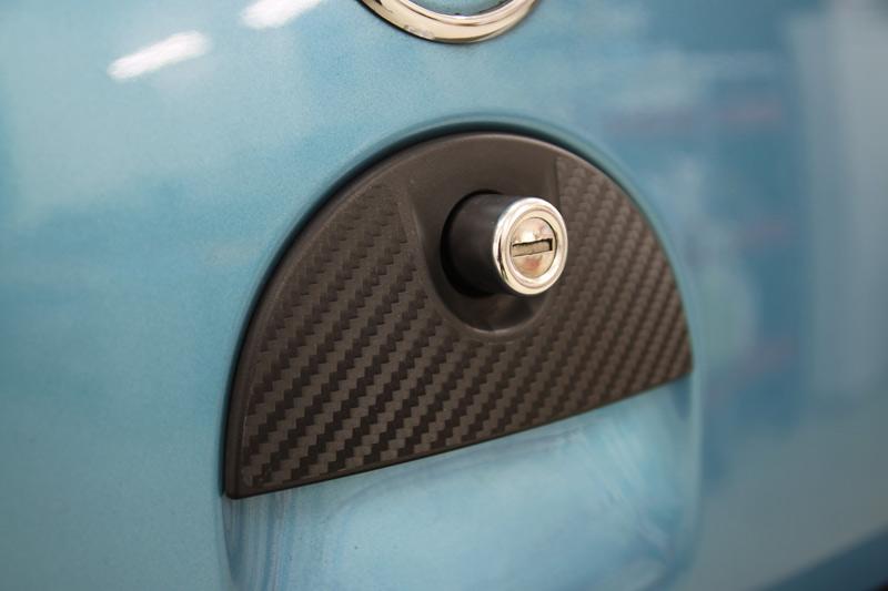 カーボンシート(3M ダイノックシート)施工後のリアハッチドアのドアハンドル。