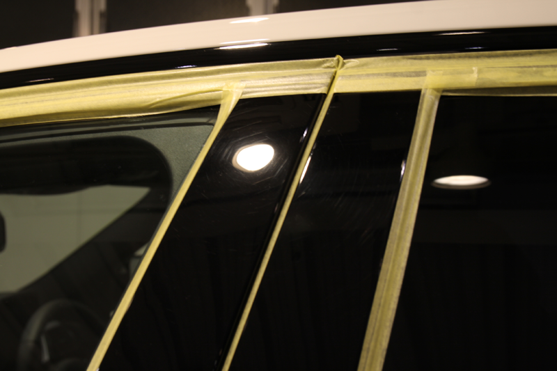 下地処理磨き前のBピラー。BMW 320iMスポーツ