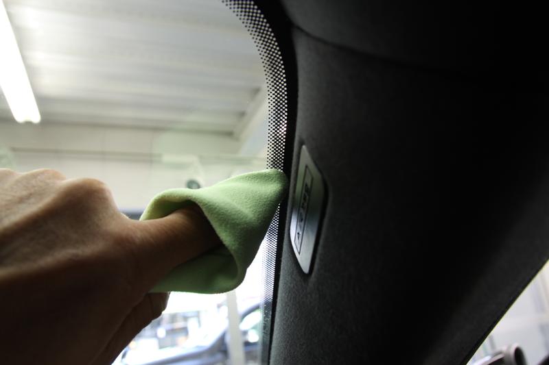 フロントガラスへ透明断熱フィルム施工のドット部分への作業。マセラティ レヴァンテ