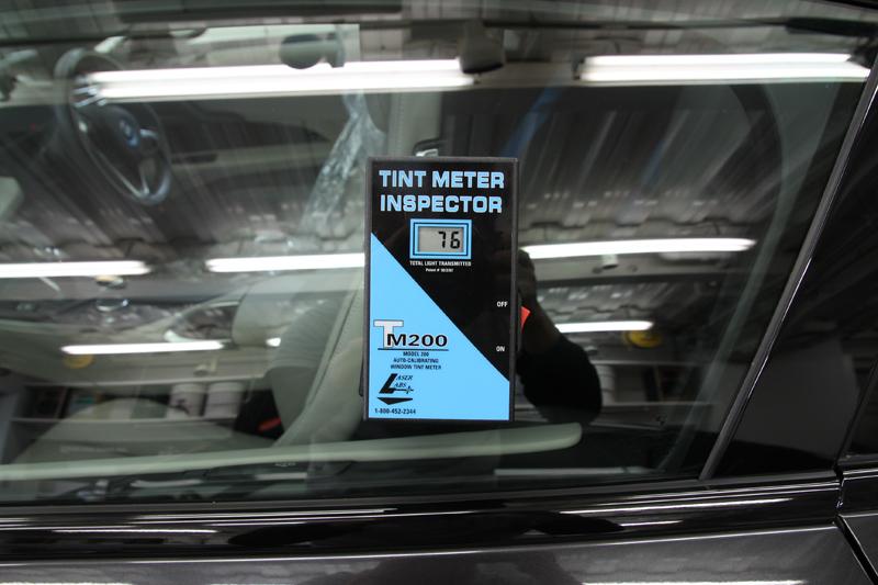 フロントドアガラスへ断熱フィルム施工後の透過率 BMW i8。
